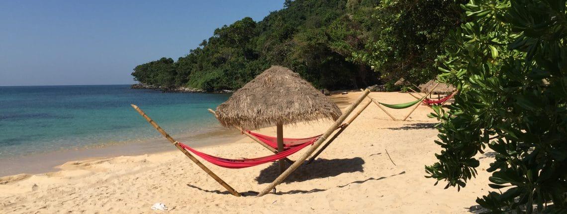 Vue sur plage au Cambodge / Hammacs sur la plage / Vacances balnéaires au Cambodge, Asie