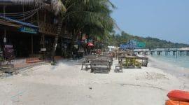 Restaurant sur plage, ponton et mer en Asie