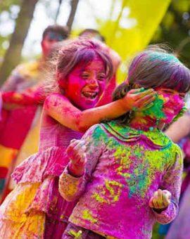 Des enfants qui jouent avec les couleurs en Inde pour Holi