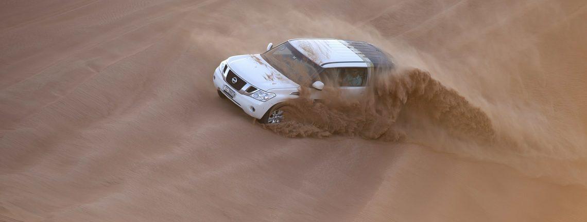 Voiture dans le désert en Iran
