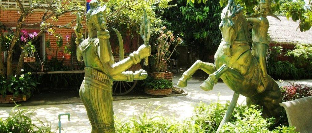 Statues et végétation au Cambodge, Asie