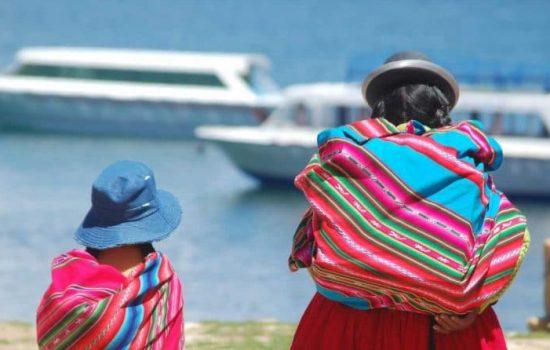 Femme et fille en tenues traditionnelles en Bolivie