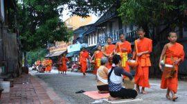 Des moins bouddhistes au Laos, rituel, traditions