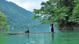 Barque sur le lac Ba Be au Vietnam