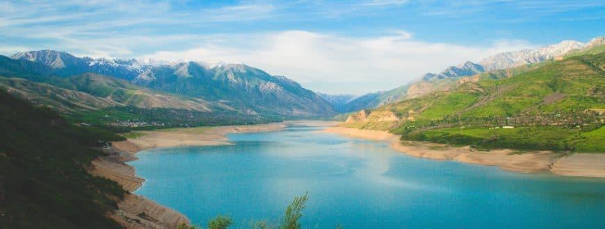 Paysage / Vue sur lac et montagnes au Moyen Orient