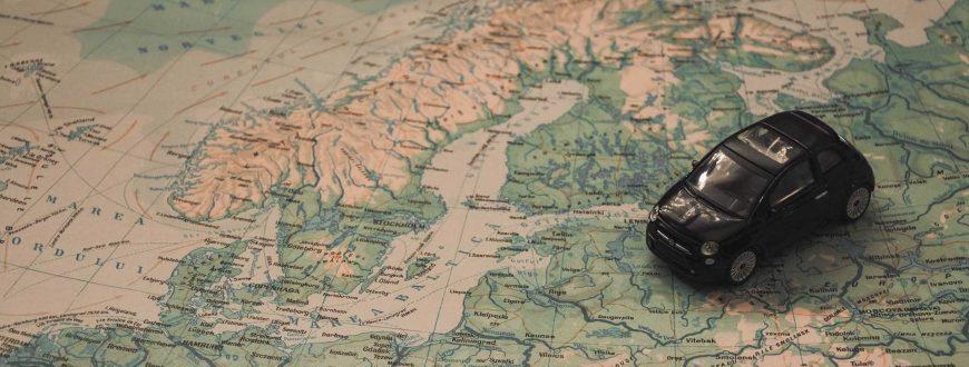 Voiture sur la carte des Pays Baltes