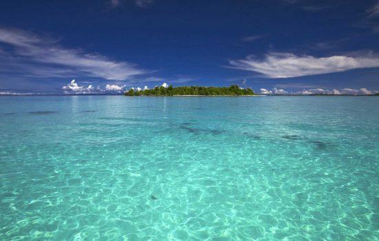 Vue sur la mer et île en Indonésie