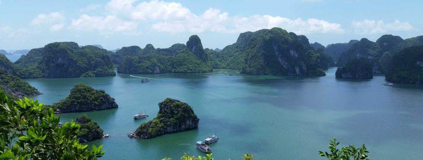 Vue sur la baie d'Halong au Vietnam en Asie
